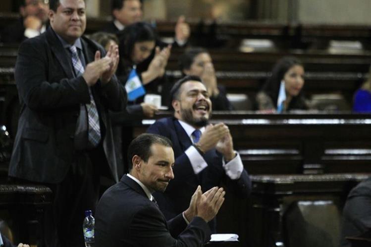 Diputados de FCN Nación celebran que en esta ocasión no se le retirara la inmunidad al presidente Jimmy Morales. (Foto Prensa Libre: Carlos Hernández)