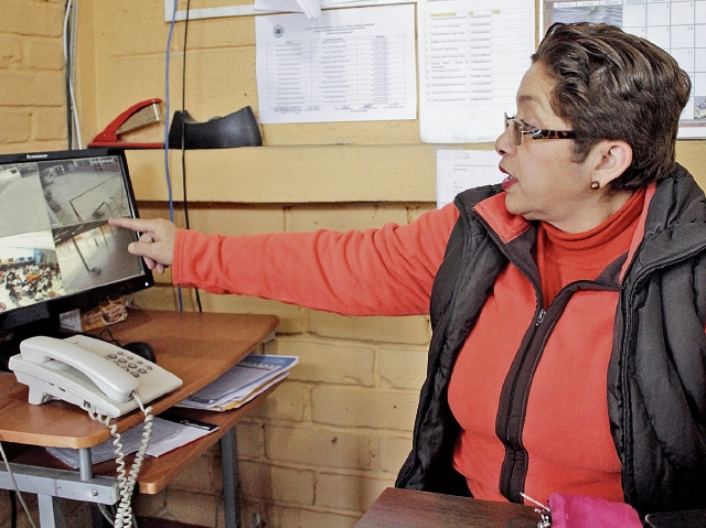 Maribel Afre, directora de la Escuela Mixta Manuel  Figueroa, zona 3 de Xela, muestra  las imágenes captadas por las cámaras de videovigilancia  instaladas en el plantel gracias al apoyo de empresas y padres de familia. (Foto Prensa Libre: María José Long)