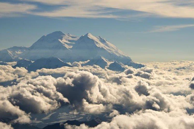 <em>Famosa por sus paisajes majestuosos, la montaña tiene glaciares y su cumbre está cubierta de nieve todo el año. (Foto Prensa Libre: AP).</em>