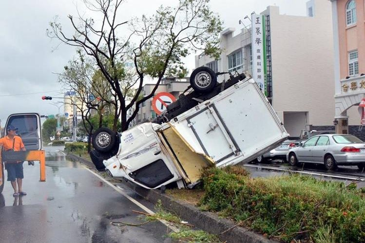 Un camión volcado se ve en una calle de Taitung tras el paso del supertifón. (Foto Prensa Libre: AFP).