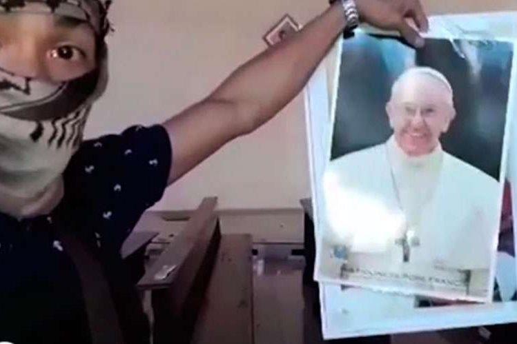 Captura de video que muestra a extremista momentos antes de romper la foto del papa Francisco. (Foto: Aciprensa)