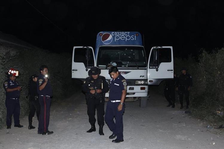 Autoridades recogen evidencia en el lugar donde ocurrió el ataque. (Foto Prensa Libre: Víctor Chamalé)