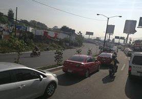 Filas de vehículos causadas por accidente en bulevar Liberación llegan hasta la ruta Interamericana. (Foto Prensa Libre: Estuardo Paredes)