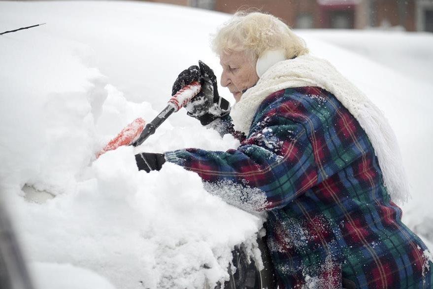 Una mujer retira nieve frente a su vivienda en Pittsfield, Massachussets. (Foto Prensa Libre: AP).