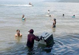 Veraneantes pueden disfrutar de un helado mientras se bañan en Playa Dorada. (Foto Prensa Libre: Dony Stewart).