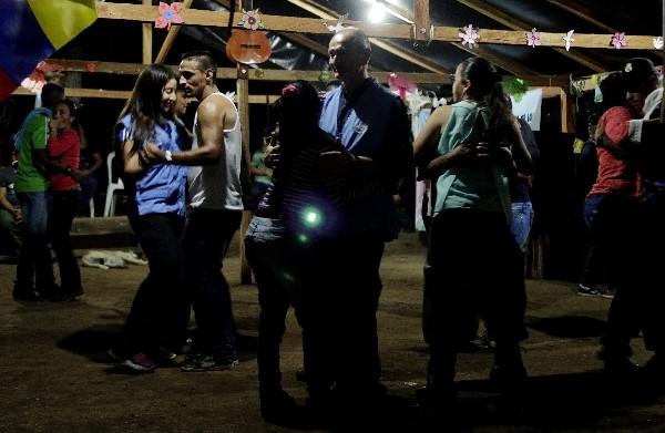 Video grabado del baile por Efe en un campamento de las Farc. (EFE).