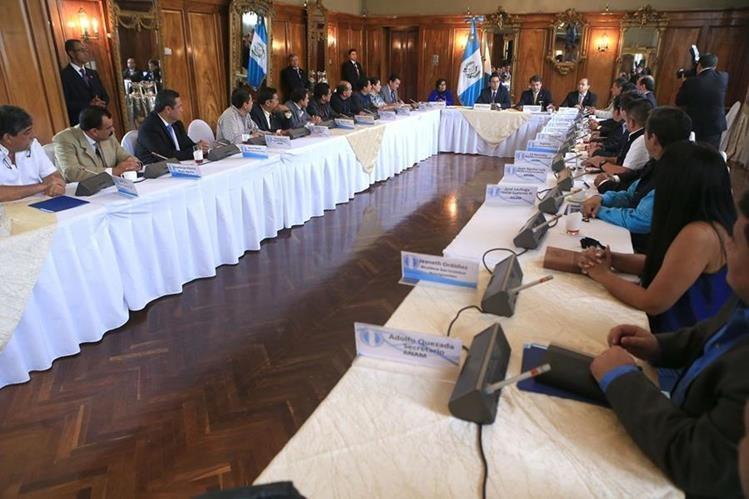 Modificaciones a impuestos y situado constitucional servirían para pagar deudas de comunas. (Foto Prensa Libre: Cortesía Presidencia)