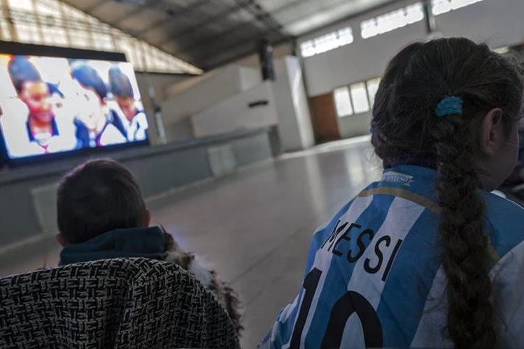 Los niños de la escuela de Messi disfrutaron de la Premier de la Pelicula. (Foto Prensa Libre: AFP)