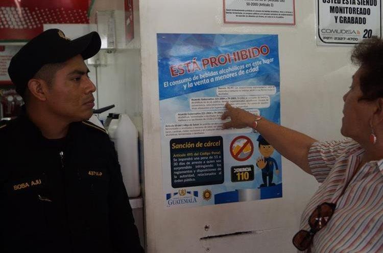La gobernadora de Escuintla, quien visitó varias tiendas junto a agentes de la PNC, señala la prohibición de venta de bebidas alcohólicas en tiendas. (Foto Prensa Libre: Enrique Paredes)