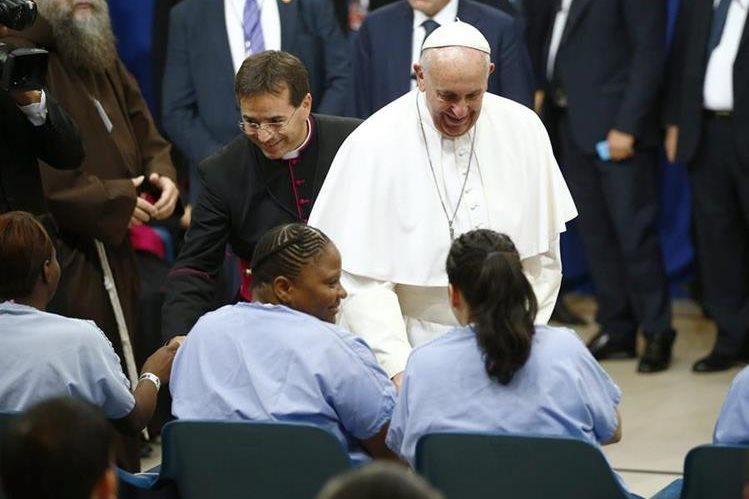 El papa Francisco saluda a dos reclusas del correccional Curran-Fromhold en Filadelfia. (Foto Prensa Libre: AFP).