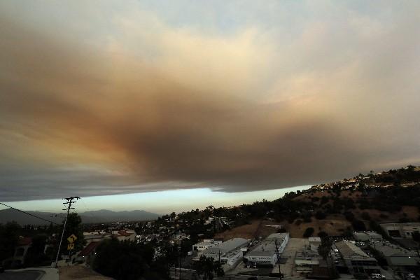 Una columna de humo de uno de los incendios forestales cubre Santa Clarita. (AP).