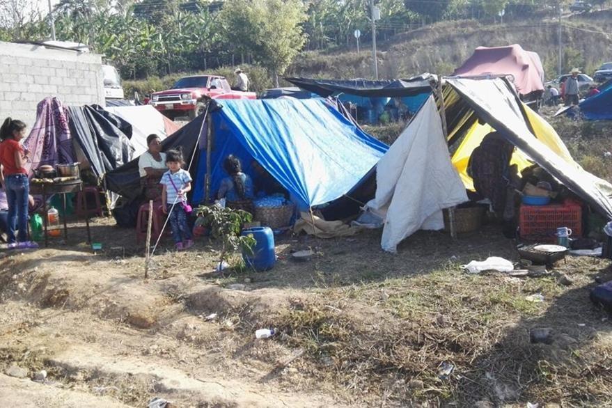Familias acampan cerca de la Basílica en un terreno habilitado por la municipalidad de Esquipulas. (Foto Prensa Libre: Fernando Magzul)