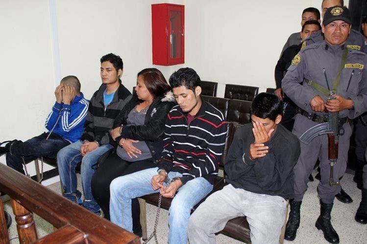 Los cinco implicados escuchan la sentencia dictada por juzgadores en Quiché. (Foto Prensa Libre: Óscar Figueroa)