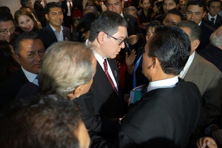 Ovidio Ottoniel Orellana Marroquín y Luis Fernando Ruiz Ramírez se saludan durante el conteo de votos. (Foto: Paulo Raquec)