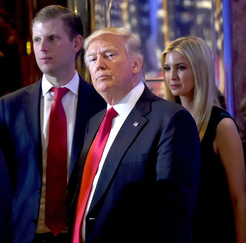 Eric Trump (a la izq.) junto a su padre, Donald Trump y su hermana, Ivanka. (Foto Prensa Libre: AFP).