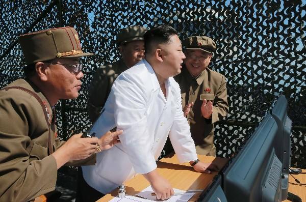 Kim Jong-Un (c) inspecciona un motor en el Centro Espacial Sohae en Corea del Norte. (AFP).