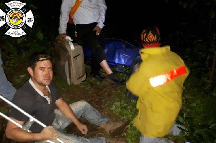 Socorristas atienden a una de las personas heridas en el lugar. (Foto Prensa Libre: Bomberos Voluntarios)