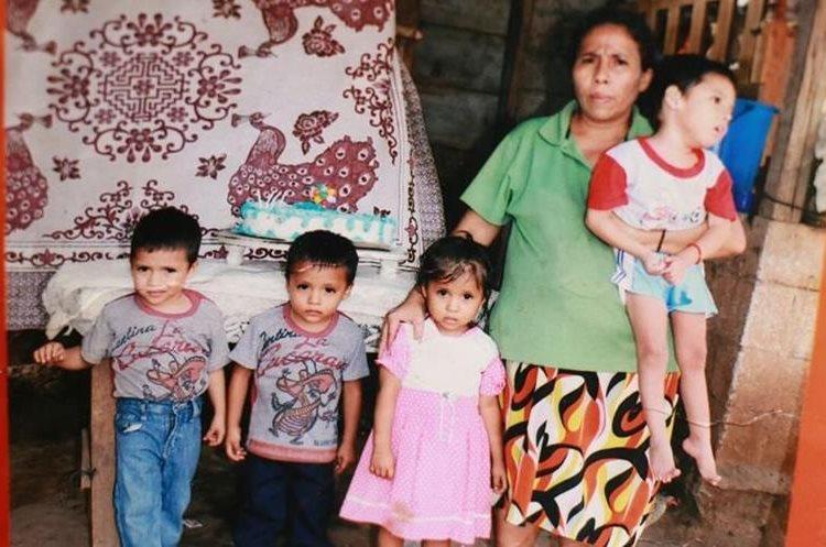 Foto del archivo familiar en la que se observa a Carmen, quien tiene en brazos a Bernabé, uno de los cuatrillizos que necesita un medicamento para toda la vida. No siempre la madre lo puede adquirir por la falta de dinero. (Foto Prensa Libre: Cristian Icó Soto)