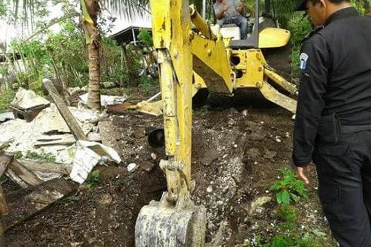 Maquinaria trabaja en la búsqueda de cuatro cadáveres en una finca de San Andrés, Petén. (Foto Prensa Libre: Rigoberto Escobar)