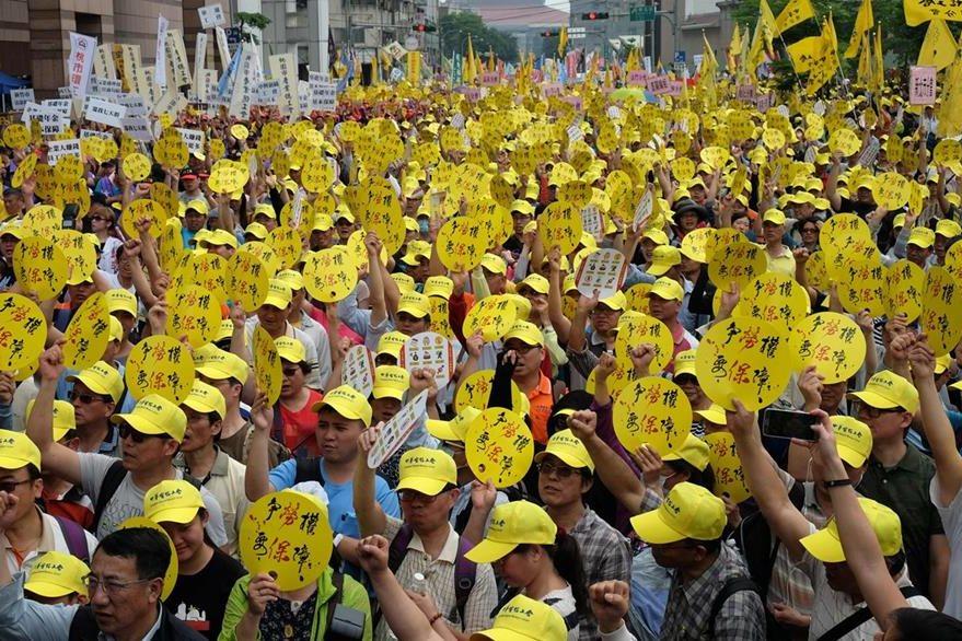 Obreros taiwaneses reclaman mejoras salariales. (Foto Prensa Libre: AFP)