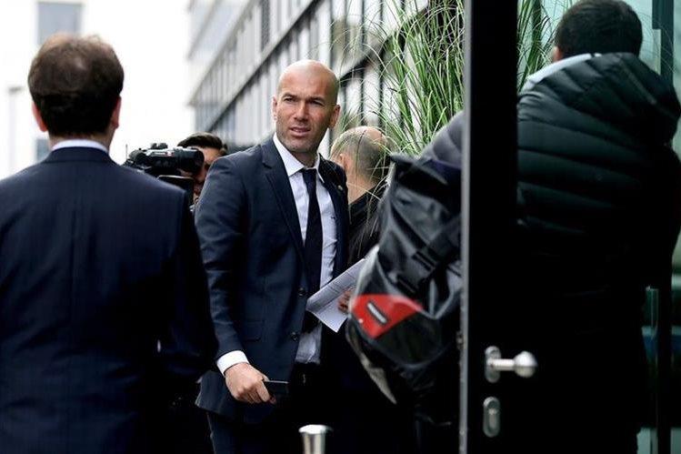 El técnico francés del Real Madrid, Zinedine Zidane, a su llegada al hotel de concentración en Wolfsburgo, Alemania. (Foto Prensa Libre:AFP)