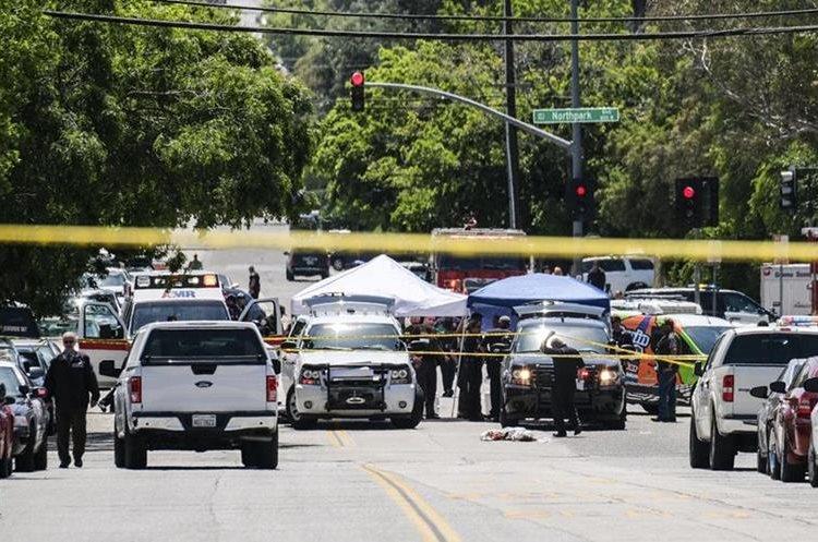 Detectives resguardan el lugar del incidente. (Foto Prensa Libre: AP)