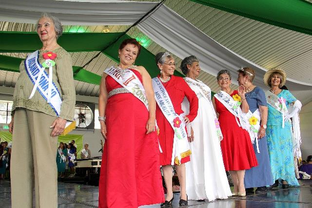 Diez candidatas de la tercera edad participaron en el certamen de belleza.(Foto Prensa Libre: Municipalidad de Guatemala)