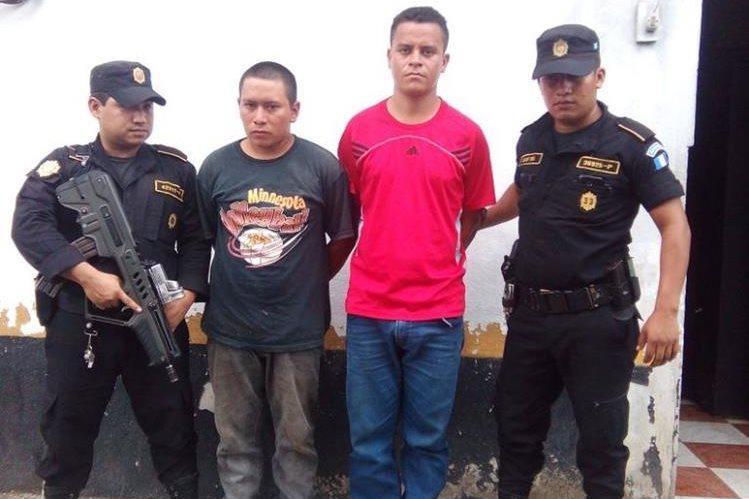 Agentes custodian a dos presuntos asaltabuses aprehendidos en Río Bravo, Suchitepéquez. (Foto Prensa Libre: Melvin Popá)