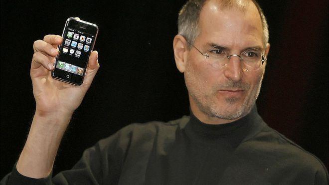 """La leyenda que acompaño a esta foto fue: """"El jefe ejecutivo de Apple Steve Jobs presentó un nuevo teléfono móvil que puede usarse para escuchar música y tomar fotos, un aparato muy esperado llamado 'iPhone', en la Conferencia Macworld el 9 de enero 2007 en San Francisco"""". (GETTY IMAGES)"""