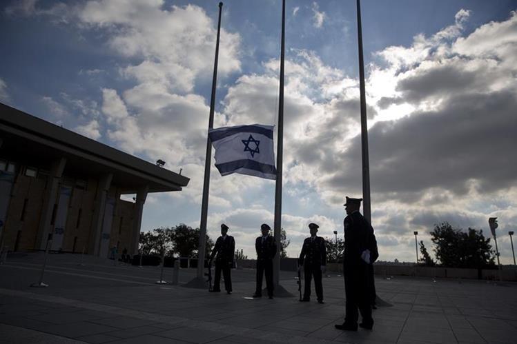 Las banderas amanecieron a media asta en Israel. (Foto Prensa Libre: AP)