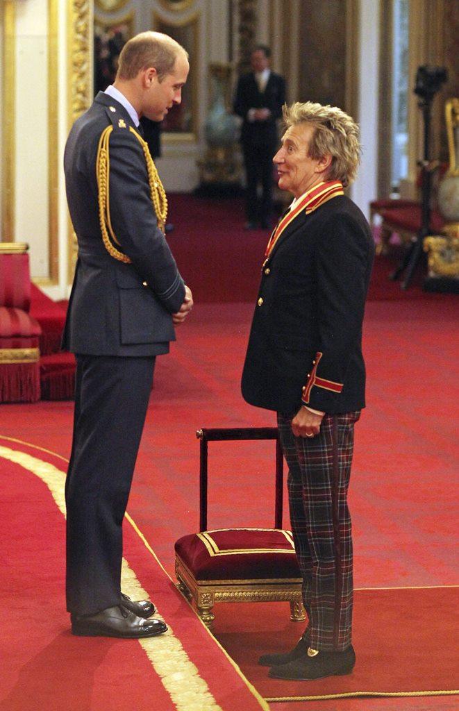 El músico británico Rod Stewart participó en una ceremonia en el palacio de Buckingham oficiada por el príncipe Guillermo de Inglaterra. (Foto Prensa Libre: EFE)