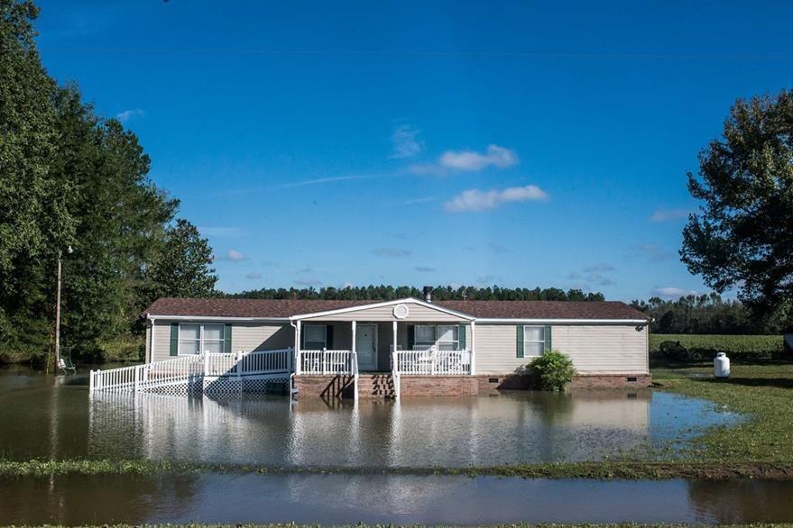 Cientos de viviendas han quedado anegadas por las intensas lluvias de los últimos días. (Foto Prensa Libre: AFP).
