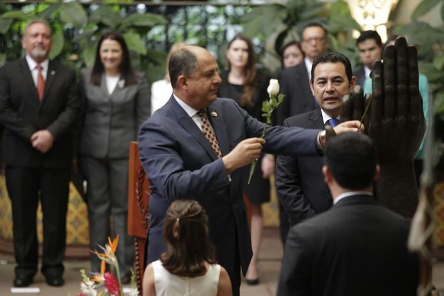 Solís cambia la Rosa de la Paz en el Palacio Nacional de la Cultura. (Foto Prensa Libre: Edwin Bercián)