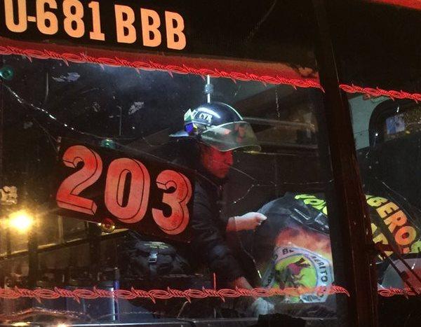 El piloto del bus ruta 203, Samuel Román, fue atacado a balazos en la zona 12 capitalina. (Foto Prensa Libre: Bomberos Voluntarios)