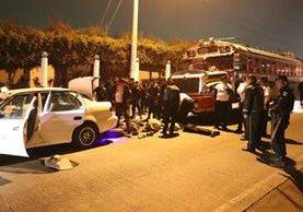 Los agentes sometieron al orden a los supuestos delincuentes. Foto Prensa Libre: Whitmer Barrera.