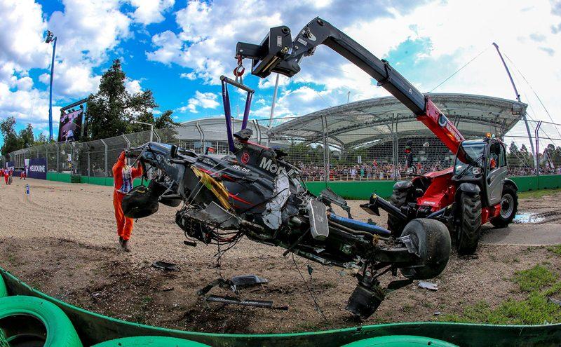 Así quedó el automóvil de Alonso luego del choque. (Foto Prensa Libre: EFE)