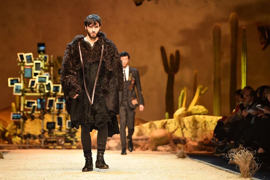 Modelo luce un abrigo de piel. (Foto Prensa Libre: AFP).