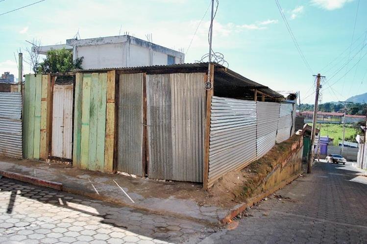Vecinos afectados por sismo el sismo  construyeron una vivienda con láminas en el área urbana de San Pedro Sacatepéquez, San Marcos. (Foto Prensa Libre: Hemeroteca PL)