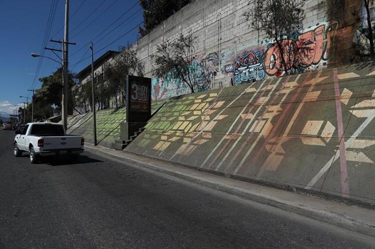 En la calzada Atanasio Tzul y 40 calle, zona 12, hay murales con arte cinético en las paredes de Instituto Guatemalteco de Seguridad Social. (Foto Prensa Libre: (Esbin García)