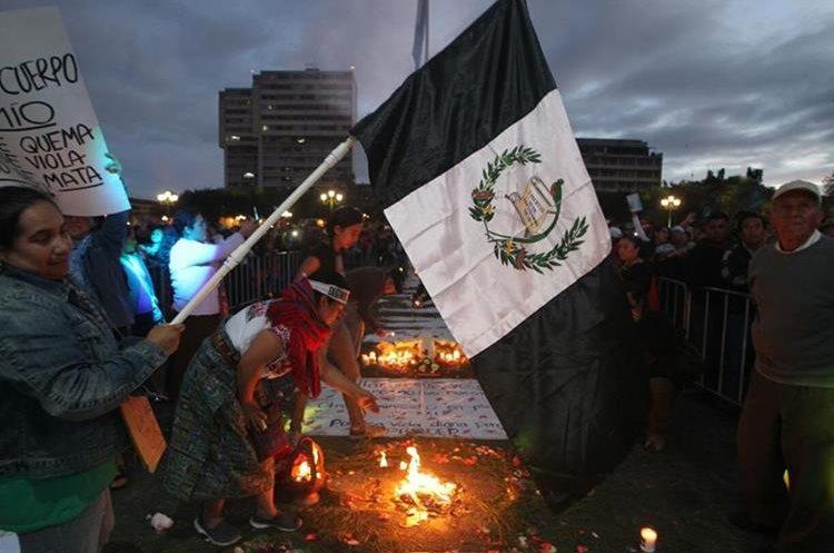 Una bandera de Guatemala en blanco y negro es parte del sentir guatemalteco enlutado por la tragedia en hogar estatal.
