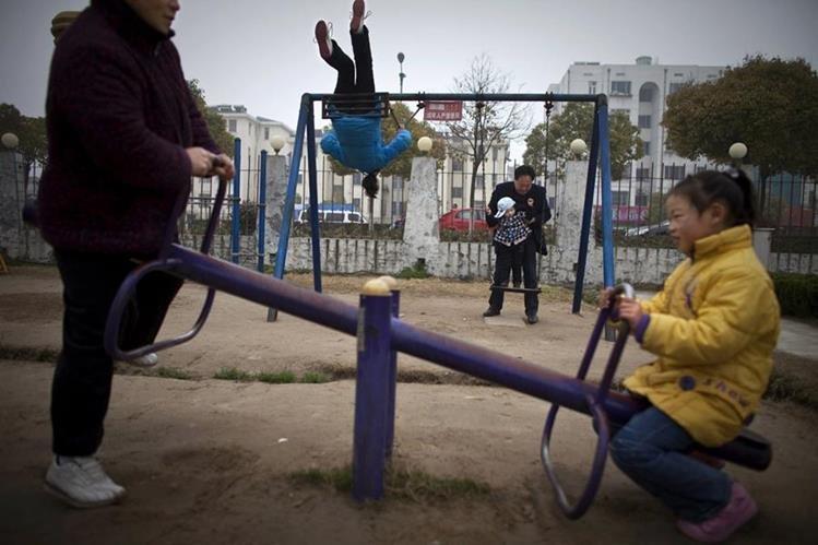 Cada vez es menos frecuente escenas donde se ven niños en los parques de China debido a la política del hijo único que rige en el país desde la década de los 70. (Foto Prensa Libre: AP).