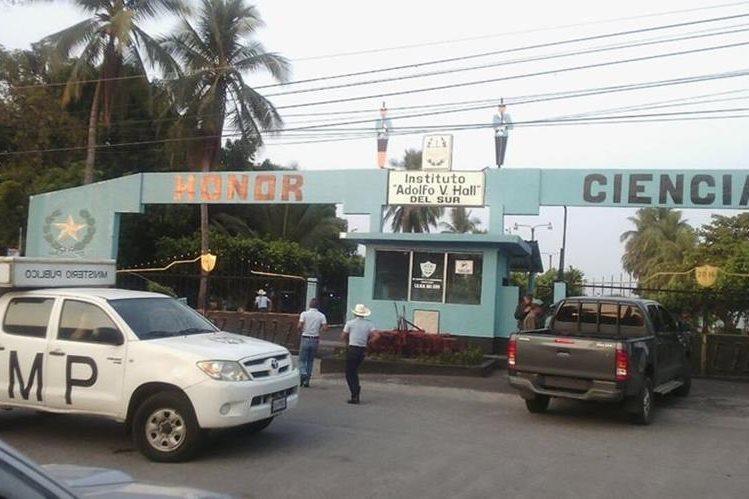 Autoridades allanan sede del Instituto Adolfo V. Hall en la cabecera de Retalhuleu, en busca de presunto responsable de violación. (Foto Prensa Libre: Jorge Tizol)