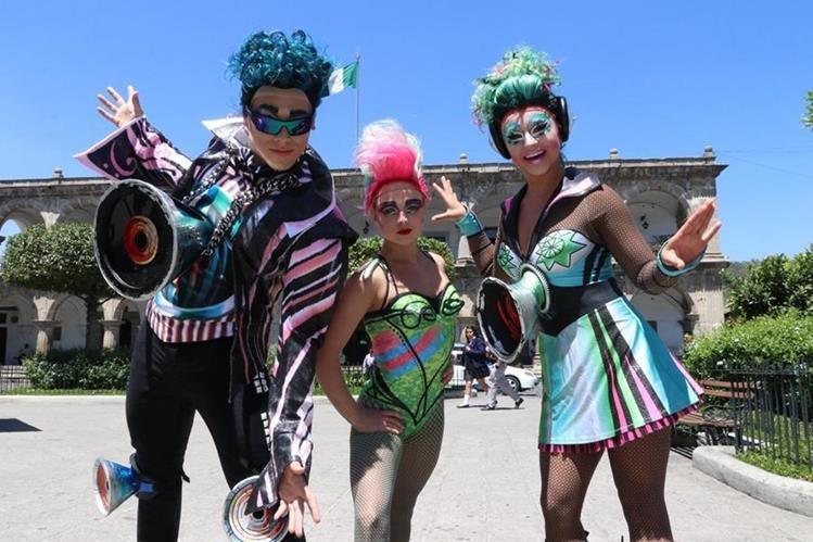 Los acróbatas Sasha (Rusia), Laure de Prick (Bélgica) y Betsy Zander (Estados Unidos) visitaron Antigua Guatemala el pasado jueves. (Foto Prensa Libre: Renato Melgar).