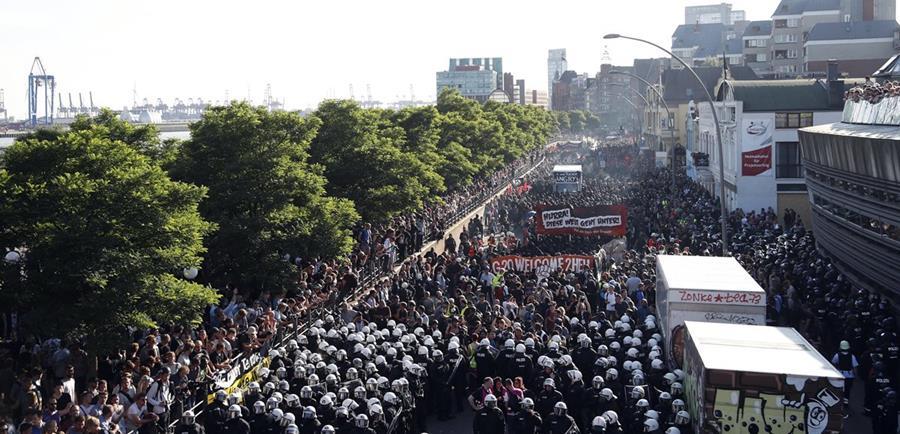 """Policías se enfrentan a los manifestantes durante la protesta """"Wlcome to hell"""". (Foto Prensa Libre: EFE)"""