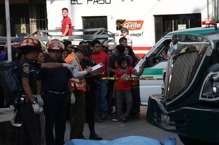Según testigos, la víctima, quien estaba en ebrio, se lanzó frente a bus. (Foto Prensa Libre: Víctor Chamalé)