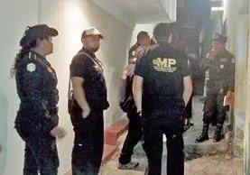 Peritos del Ministerio Público recaban evidencias en casa del menor fallecido. (Foto Prensa Libre: Rigoberto Escobar).