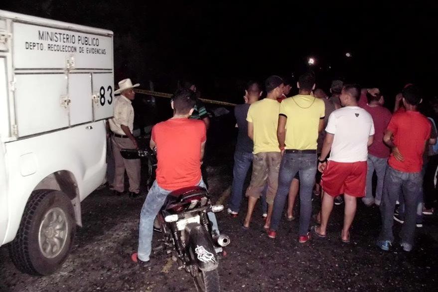 Curiosos permanecen en el lugar del percance en Guastatoya, El Progreso. (Foto Prensa Libre: Héctor Contreras).