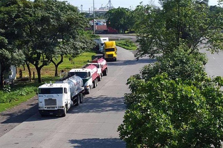 A las orillas de la ruta que conduce a Puerto Quetzal se ubicaron pipas de combustible. (Foto Prensa Libre: Enrique Paredes)