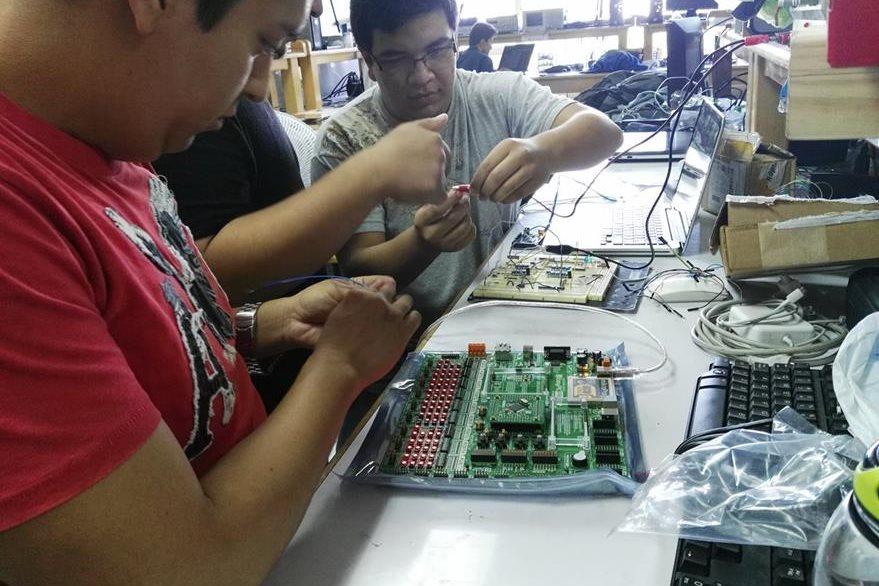Cada estudiante aporta sus conocimientos y a su vez aprende durante el desarrollo del CubeSat. (Foto Prensa Libre: UVG).