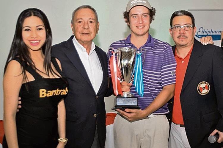 Daniel Gutner sostiene la copa que lo acredita como el mejor gros de la quinta edición del Mayan Open, torneo de golf.